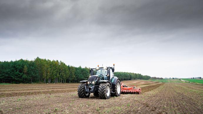 Tracteur télécommandé - Valtra pilote son tracteur à des centaines de kilomètres grâce à la 5G!